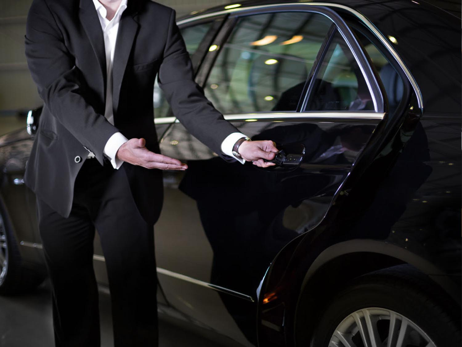 Advantages Of Hiring A Chauffeur Car For Airport Transfers And